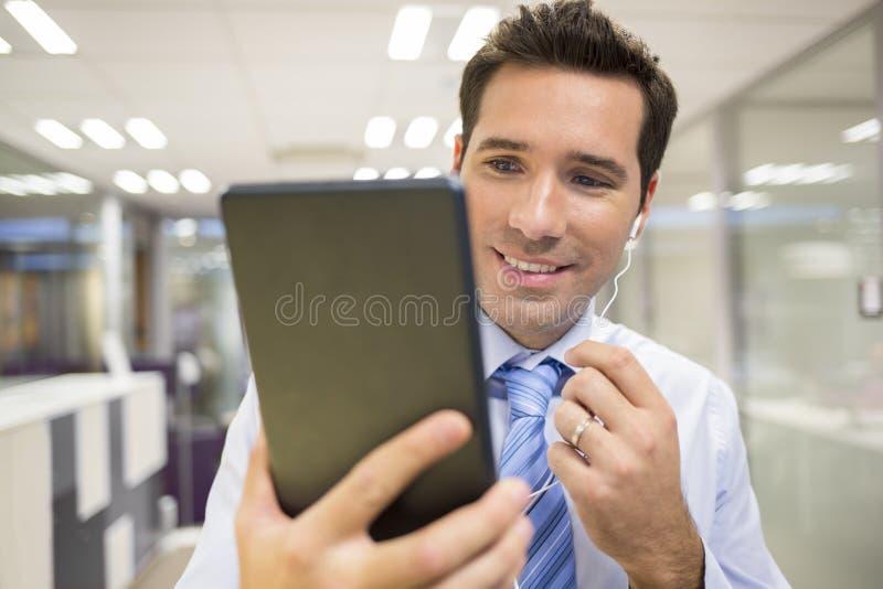 Tabletten-Büro skype des männlichen Geschäfts digitales stockfotografie