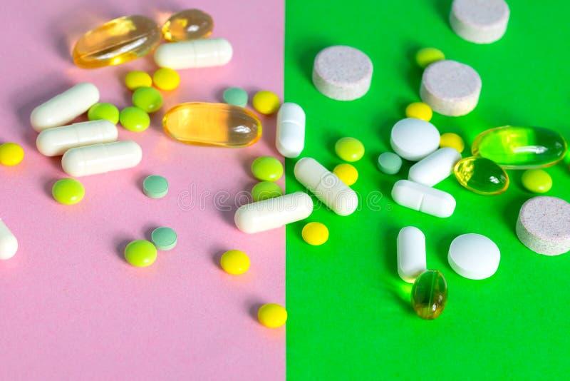Tabletten en capsules verschillende verspreide kleuren stock foto