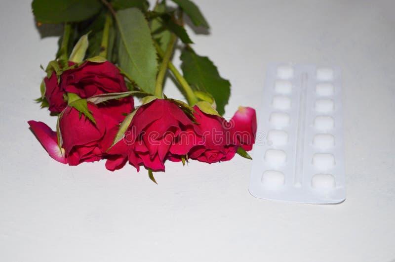 Tabletten met rozenbloemen stock afbeeldingen
