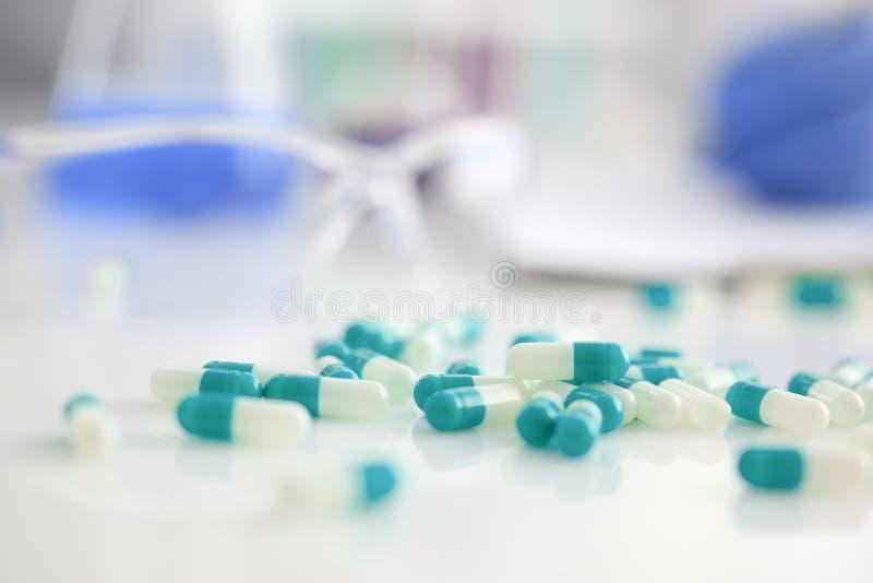 Tabletten op de lijst van het geneesmiddel worden verspreid dat royalty-vrije stock fotografie