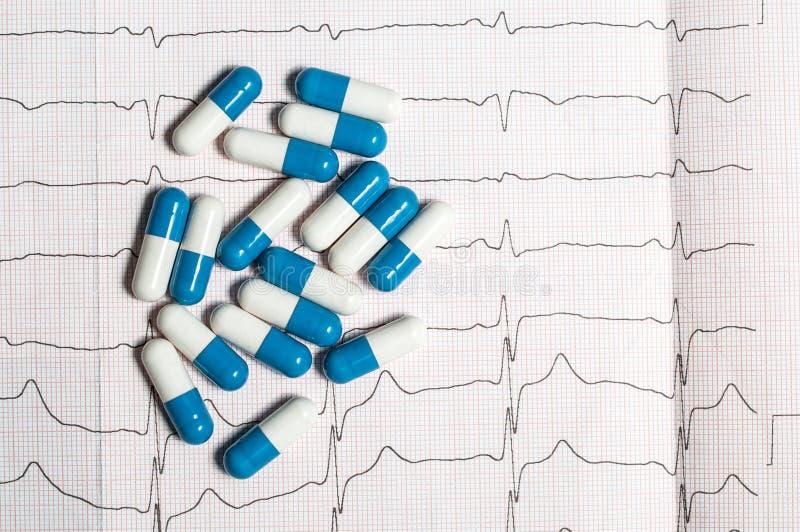 Tabletten op het elektrocardiogram stock foto's