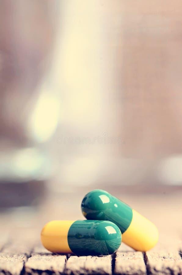 tabletten Pillen auf einem hölzernen Hintergrund apotheke medizin Voller Löffel von tabletes stockfoto