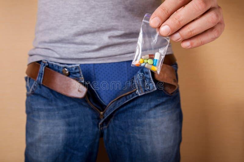 Tabletten voor mannelijke macht bij geslacht Pillen voor de opheffende of stijgende krachtmens royalty-vrije stock afbeelding