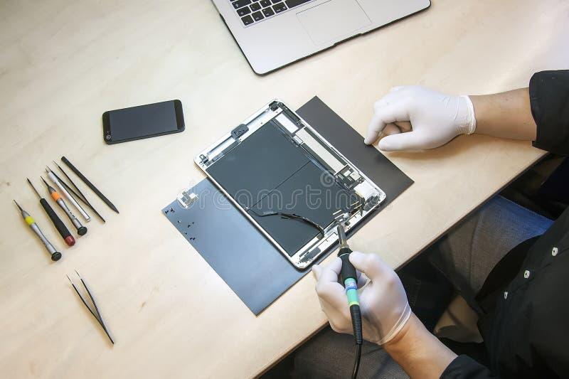 Tablettenreparatur Apples Ipad stockfoto