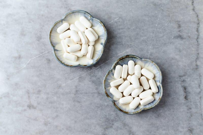 Tablettes ACIDES de GABA GAMMA-AMINOBUTYRIC Concept pour une supplémentation diététique saine images stock
