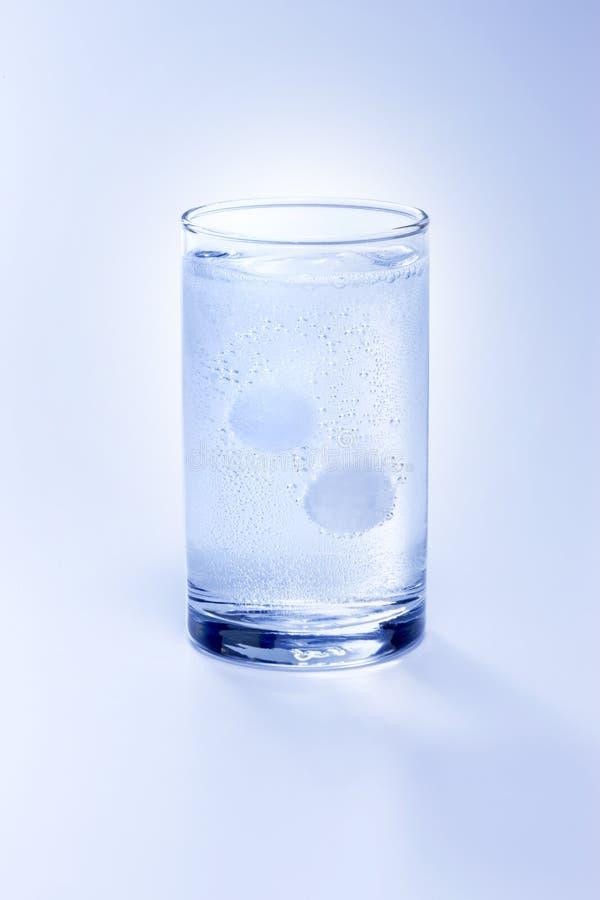 tablettes en verre dissolvantes d'aspirine image libre de droits