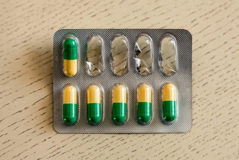 Tablettes jaunes et vertes dans l'emballage photo libre de droits