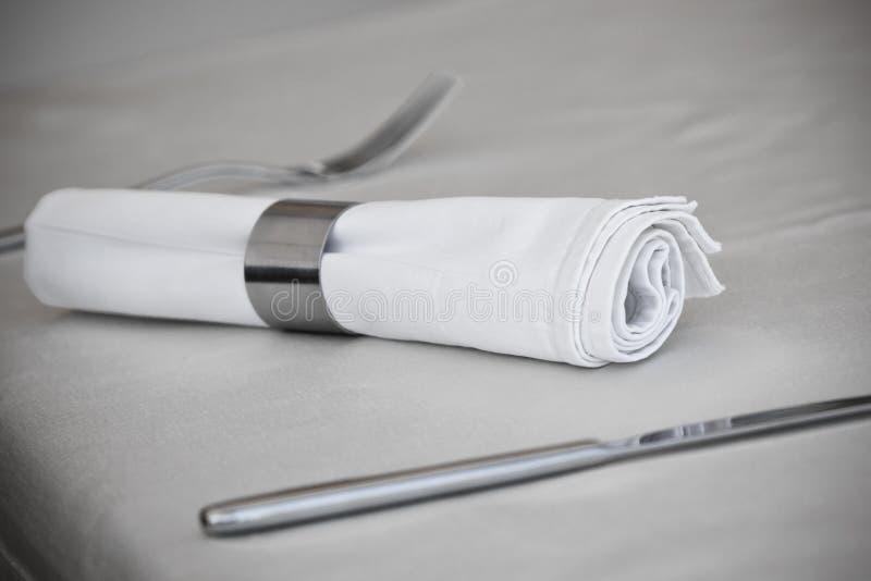 Tableware: Стальные утварь и кольцо салфетки стоковые изображения rf
