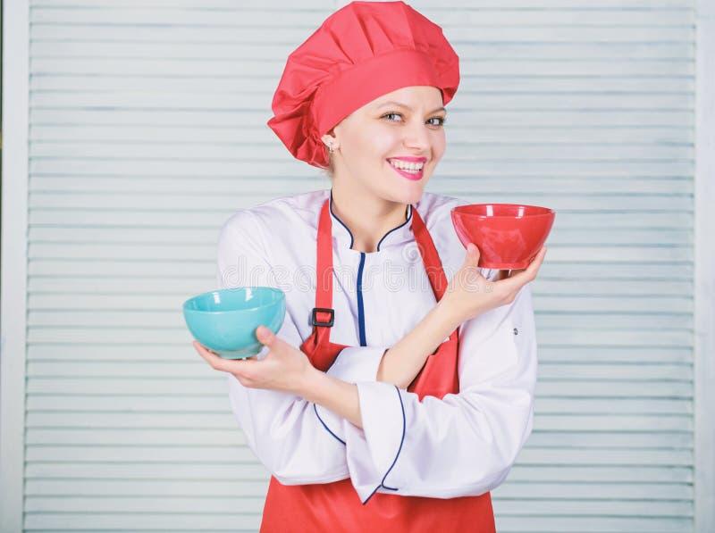 Tableware wyb?r kulinarna kuchnia kucharz w restauracji, mundur Fachowy szefa kuchni kucharstwo w kuchni dziewczyna w fartuchu i zdjęcia stock