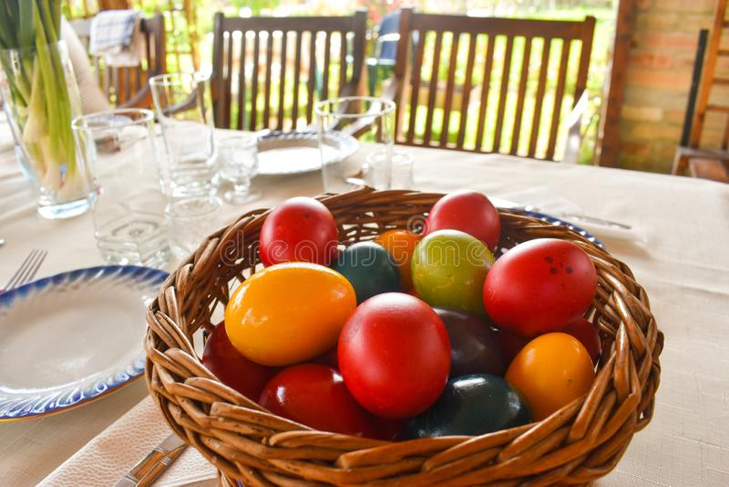 Tablewear υπαίθριος Πάσχας κάτω από την πέργκολα με τα ζωηρόχρωμα αυγά σε μια ηλιόλουστη ημέρα στοκ εικόνα