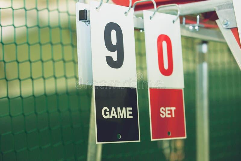 Tablica wyników na tenisowym sądzie podczas gemowy plenerowego, zbliżenie obraz royalty free