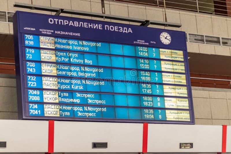 Tablica wyników odjazd i przyjazd pociągi rozkład zajęć Kursk stacja, Moskwa, Rosja obrazy stock