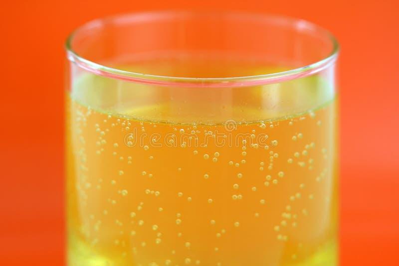 Tablilla efervescente del calcio que disuelve en agua imagen de archivo