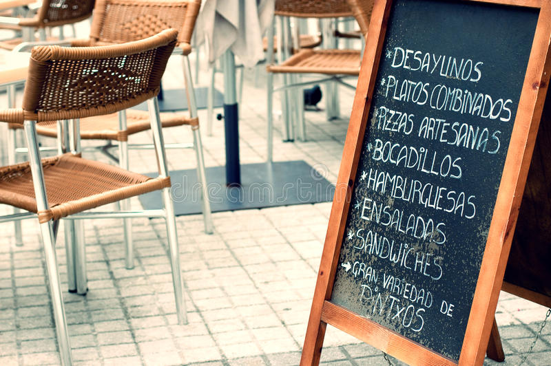 Tabloid con il menu in un terrazzo fotografia stock