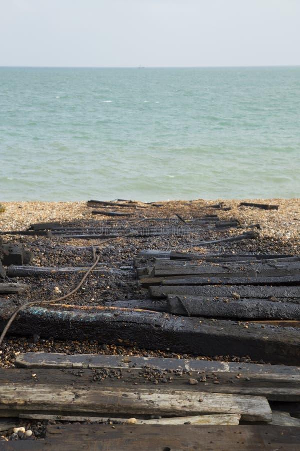 Tablones de lanzamiento cubiertos de alquitrán con el fondo del mar foto de archivo
