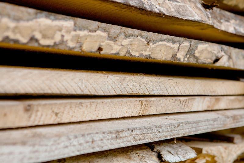 Tablones de madera doblados en una serrería Tableros llenados como textura foto de archivo libre de regalías