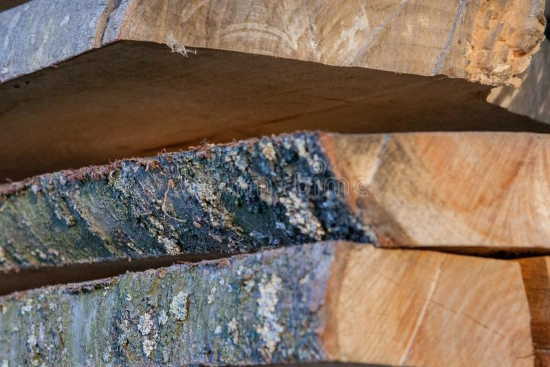 Tablones de madera doblados en una serrer?a Tableros llenados como textura fotografía de archivo