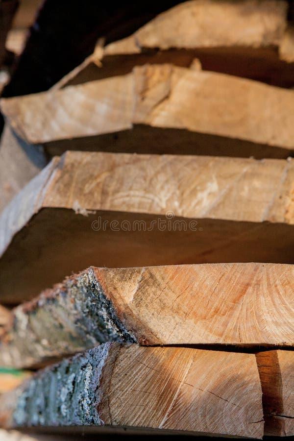 Tablones de madera doblados en una serrer?a Tableros llenados como textura fotos de archivo libres de regalías