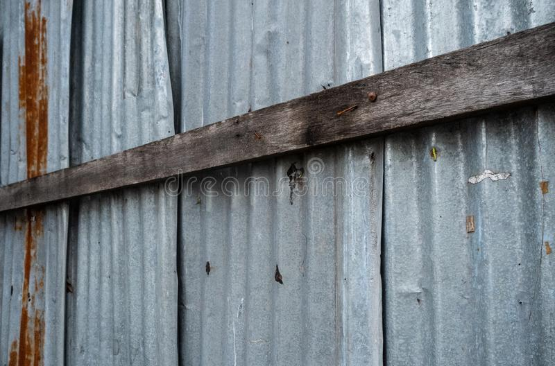 Tablones de madera en la hoja galvanizada acanalada imagenes de archivo