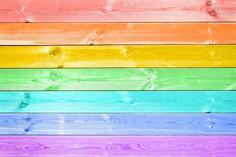 Tablones de madera pintados arco iris colorido en colores pastel imágenes de archivo libres de regalías