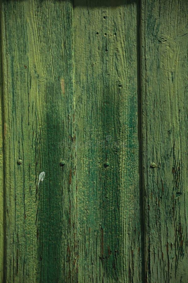 Tablones gastados con la peladura de la pintura en una puerta vieja imagenes de archivo
