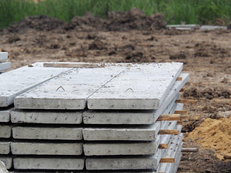 Tablones pretensados del piso apilados para la construcción Es una losa del hormigón reforzado Puesto junto hormigón estructural  imágenes de archivo libres de regalías