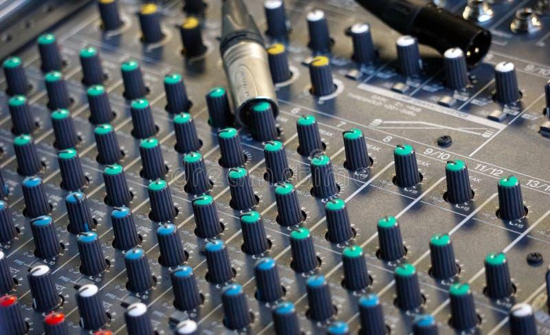 Tablones y conectores de la consola de sonido imagenes de archivo