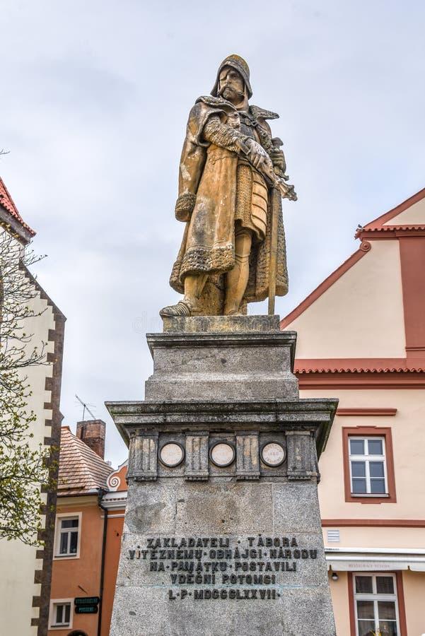 TABOR, REPÚBLICA CHECA - 10 DE ABRIL DE 2019: Jan Zizka de la estatua de Trocnov y de la cáliz Líder de Hussite y checo militares foto de archivo libre de regalías