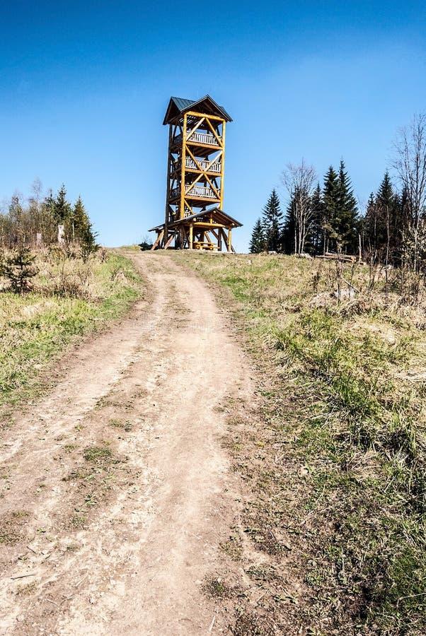 Taborheuvel in Javorniky-bergen in Slowakije met meningstoren stock afbeeldingen