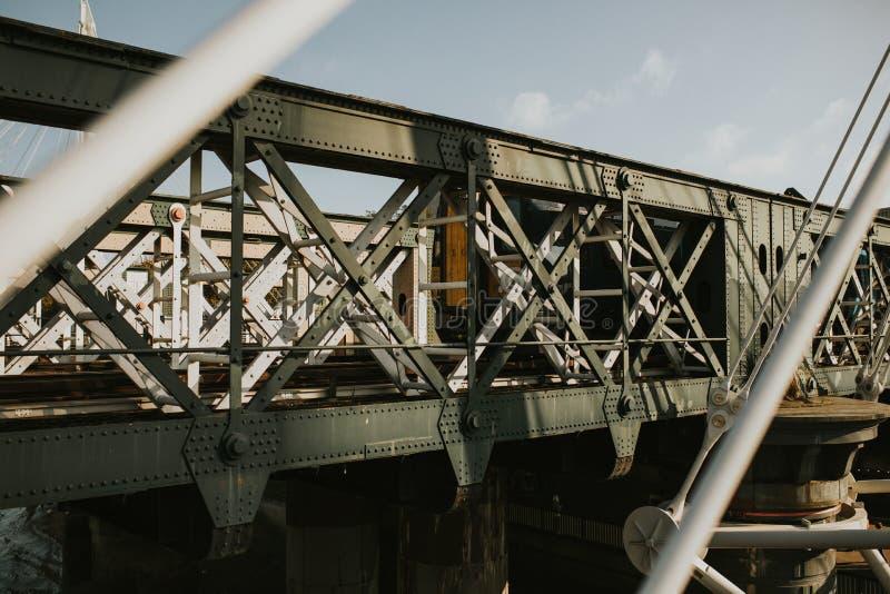 Taborowa mostu żelaza struktura i pociąg iść na nim fotografia stock