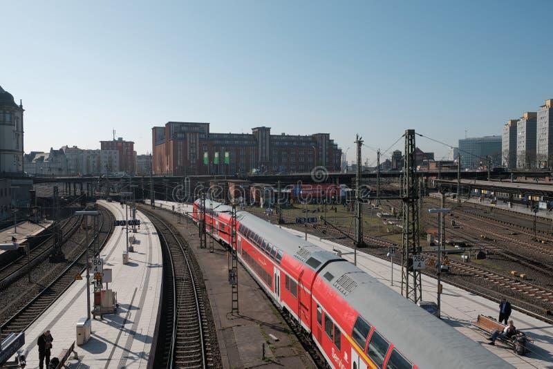 Taborowy przyjeżdżać przy Hamburską centrali stacją zdjęcie royalty free