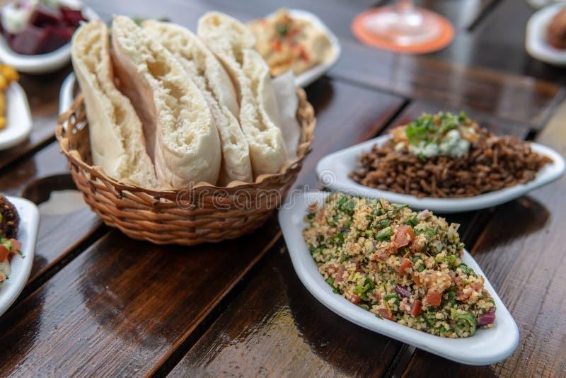Tabouli με το ψωμί Pita στοκ φωτογραφία με δικαίωμα ελεύθερης χρήσης