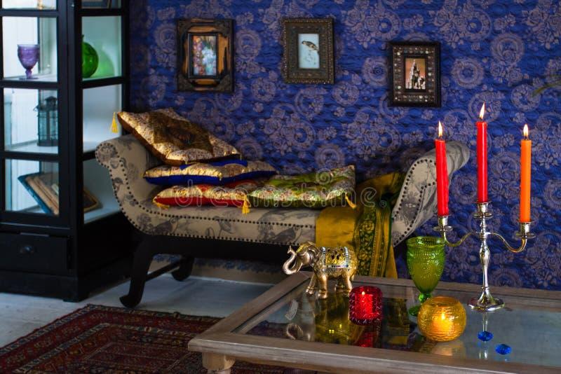 Tabouret avec des coussins faits dans le style oriental photographie stock