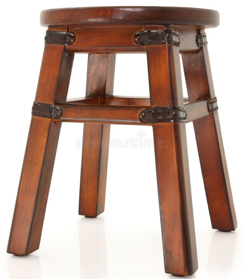 Tabouret en bois avec les supports en cuir photos stock