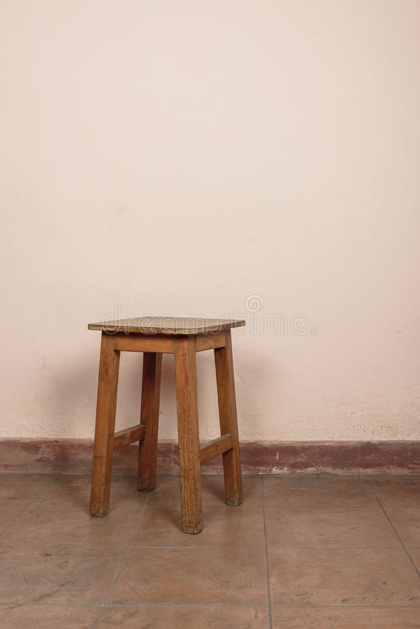 Download Tabouret en bois rustique photo stock. Image du sale - 77159496