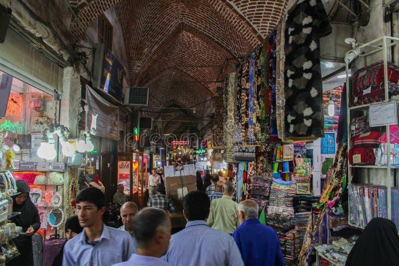 Tabriz Iran - 10 Juli 2017: Den största marknaden av världen i Tabriz som är full av folk som köper i den muslim diversehandeln a royaltyfria bilder