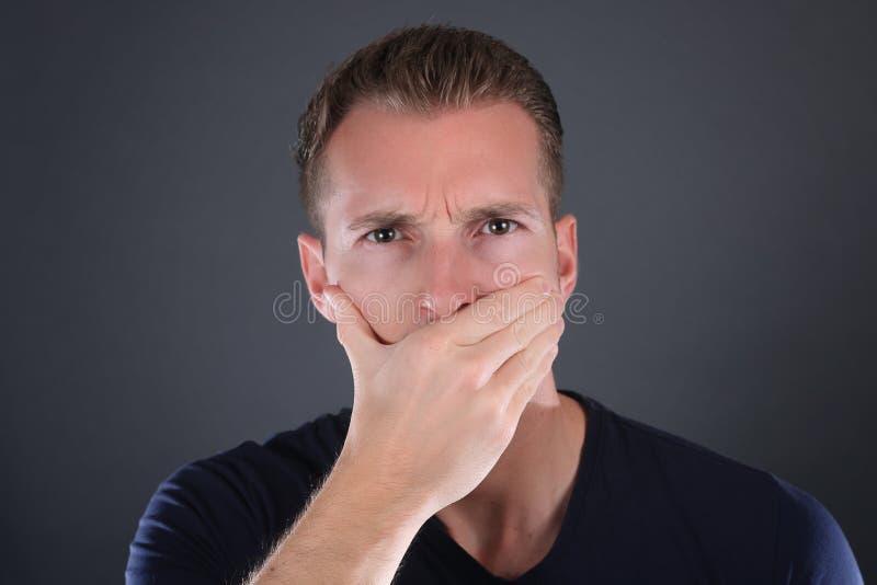 Tabuämne och yttrandefrihetbegrepp Man med händer över hans mun arkivfoto