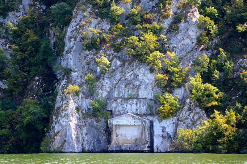 Tabula Traiana in Defileul Dunării Donau, Danubio, anche conosciuto come Clisura Dunării, una regione geografica in Romania fotografie stock