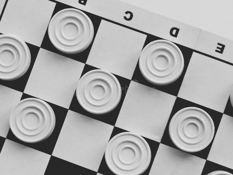 Tabuleiro de damas com verificadores Competição da estratégia empresarial, planejamento estratégico para o sucesso de vencimento  imagens de stock