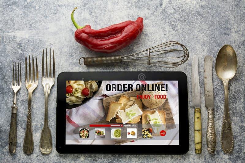 Tabuleta com entrega em linha app do alimento na tela concep do estilo de vida fotos de stock royalty free