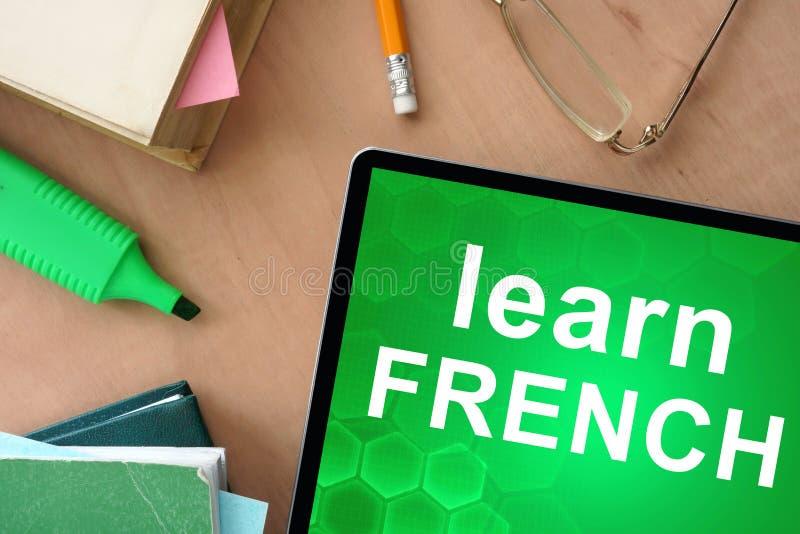 a tabuleta com palavras aprende o francês fotos de stock royalty free