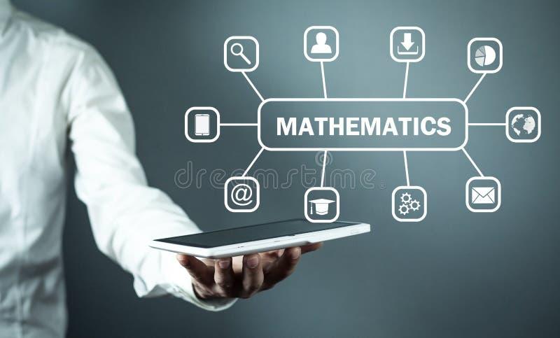 Tabuleta da terra arrendada do homem com texto da matemática Conceito em linha da educação imagem de stock