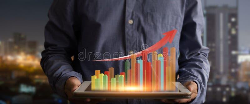 Tabuleta da terra arrendada do homem de negócios e gráfico mostrar do holograma crescente imagem de stock royalty free