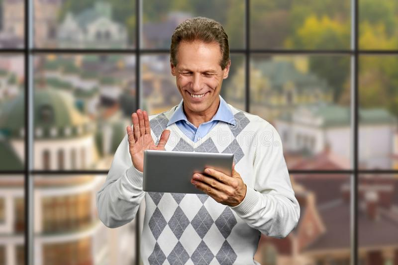 Tabuleta de sorriso do computador da terra arrendada do homem foto de stock royalty free