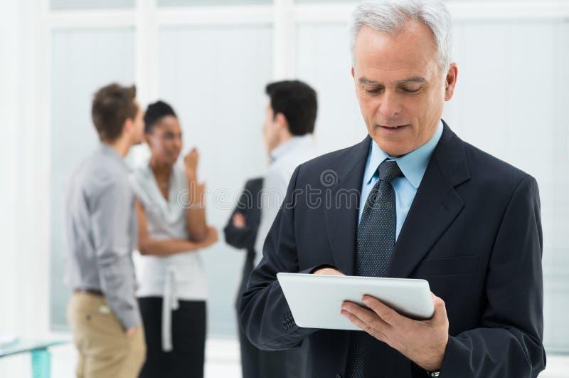 Tabuleta de Working On Digital do homem de negócios fotos de stock royalty free