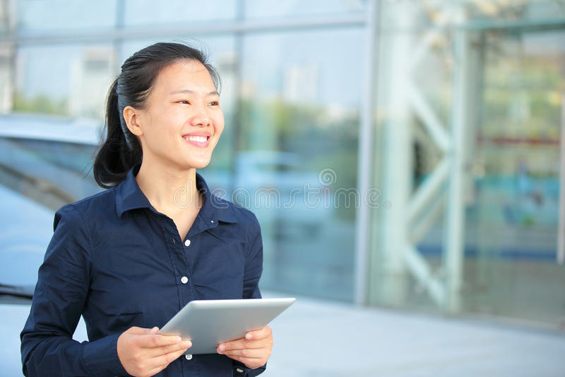 Tabuleta digital do uso asiático da mulher de negócios fotografia de stock royalty free