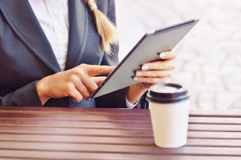 Tabuleta digital do uso da mulher de negócios no café imagens de stock