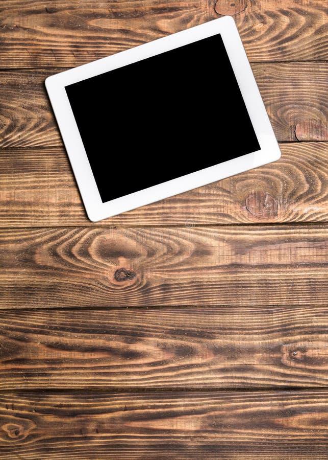 Tabuleta digital moderna no fundo de madeira branco foto de stock