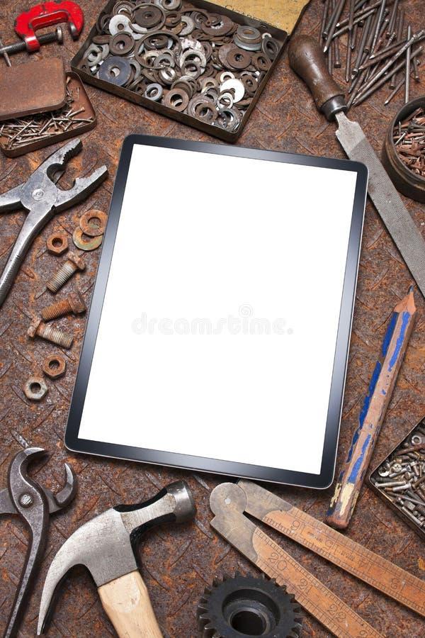 A tabuleta do computador utiliza ferramentas o fundo imagem de stock royalty free