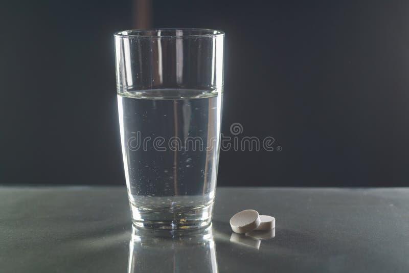 Tabuleta Effervescent na água com bolhas foto de stock royalty free